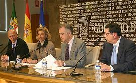 El consejero, Francisco Javier Fernández Perianes, en el centro, junto al presidente de CERMI, a su izquierda