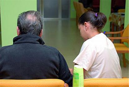 Una cuidadora atiende a un paciente en una residencia