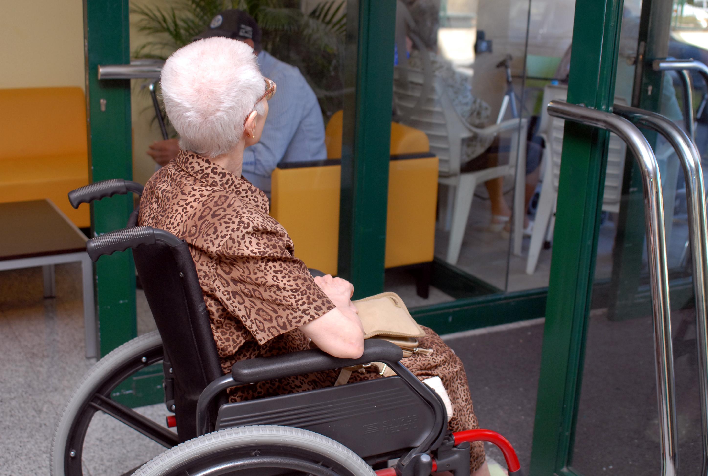 Una mujer mayor en silla de ruedas