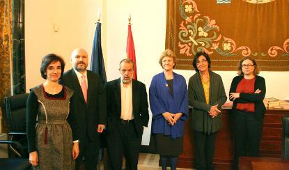 Imagen de archivo de la Defensora del Pueblo junto a representantes del CERMI