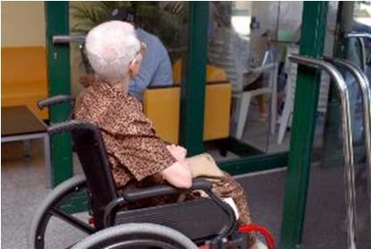Mujer mayor con discapacidad