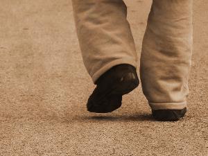 Pies de una persona caminando sola