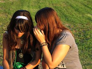 Confidencias entre dos mujeres jóvenes