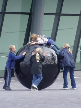 Chicos jugando con una bola grande