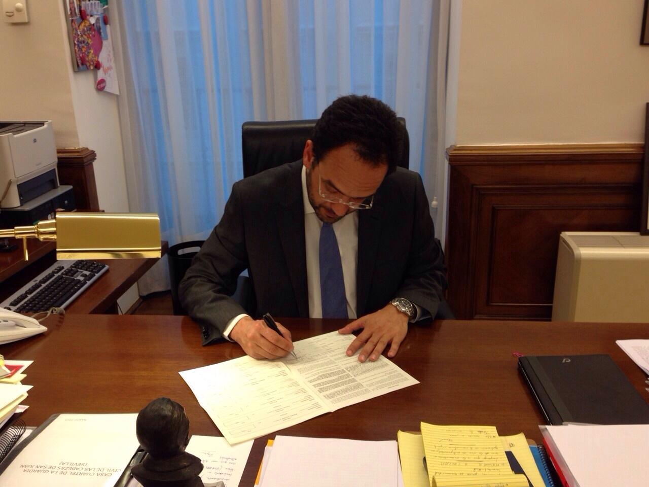 El portavoz del PSOE en el Congreso, Antonio Hernando, se suma a la campaña del CERMI contra el copago confiscatorio