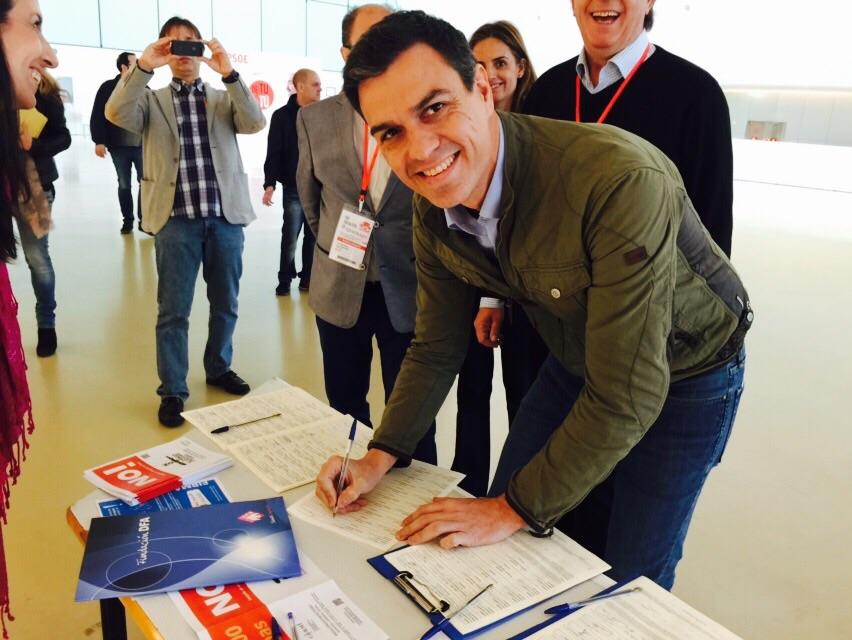 Pedro Sánchez, secretario general del PSOE, firma la ILP contra el copago confiscatorio en dependencia