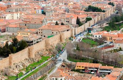 Abrazo por la inclusión a la Muralla de Ávila