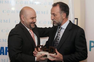 El presidente del CERMI, Luis Cayo Pérez Bueno, entrega a Javier Sáinz de Murieta, director de la Escuela Universitaria de Fisioterapia de la ONCE, el Premio Cermi.es a la Inclusión Laboral