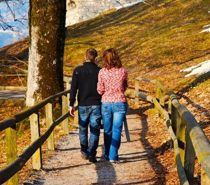 Una pareja con discapacidad andando por el campo