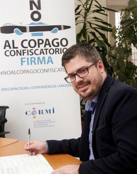 Fran Hervías, secretario de Organización de Ciudadanos, firma la ILP