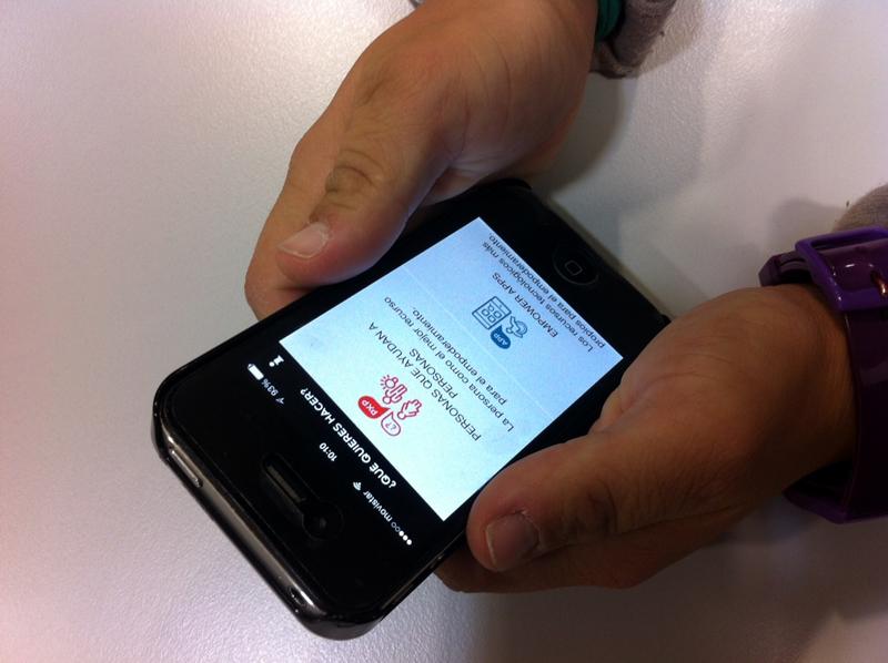 Imagen de una mujer utilizando EMPOWER YOU en su móvil