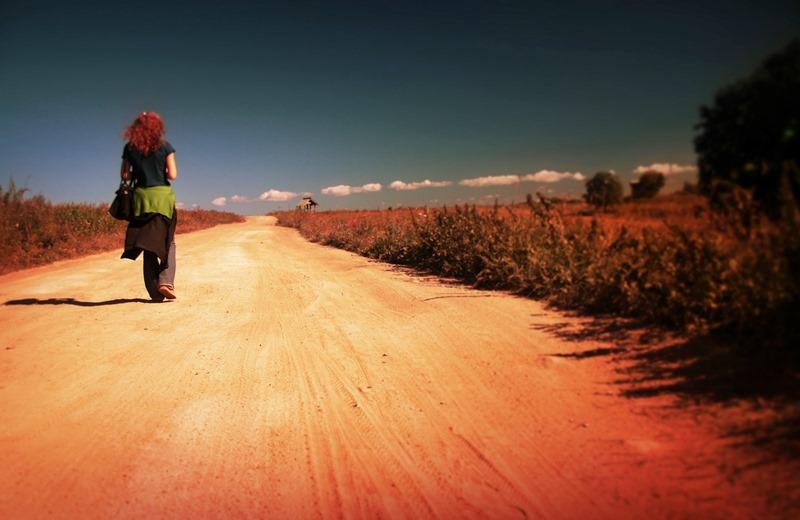 Una mujer emprendiendo su camino