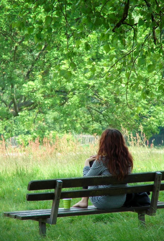 Mujer reflexionando en la naturaleza un día cualquiera