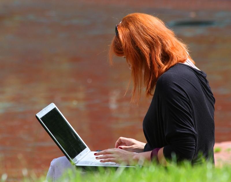 Mujer trabajando en un portátil