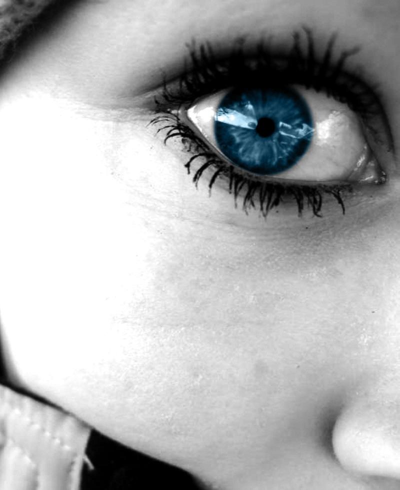 Primer plano de una mujer de ojos azules