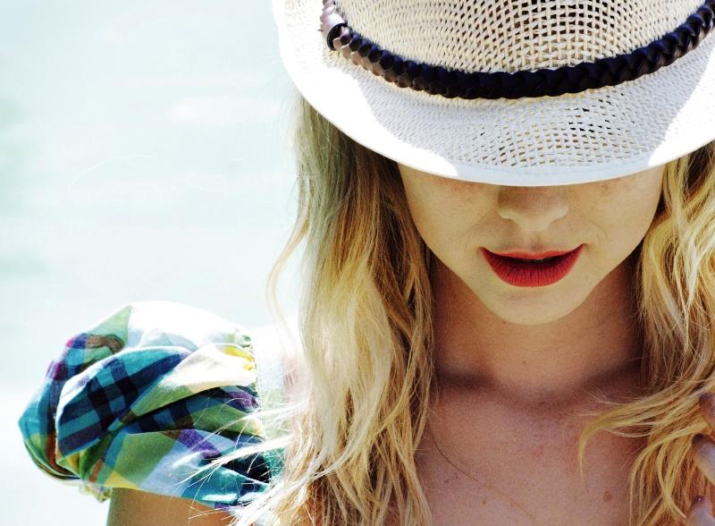 Mujer con sombrero que le tapa los ojos