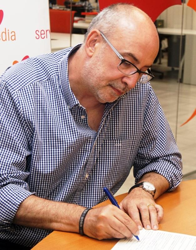 El conseller de Transparencia, Responsabilidad Social, Participación y Coordinación de la Generalitat Valenciana, Manuel Alcaraz, firma contra el copago