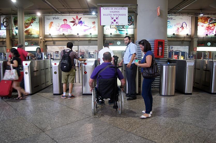 Una personas en silla de ruedas accede a una estación de tren