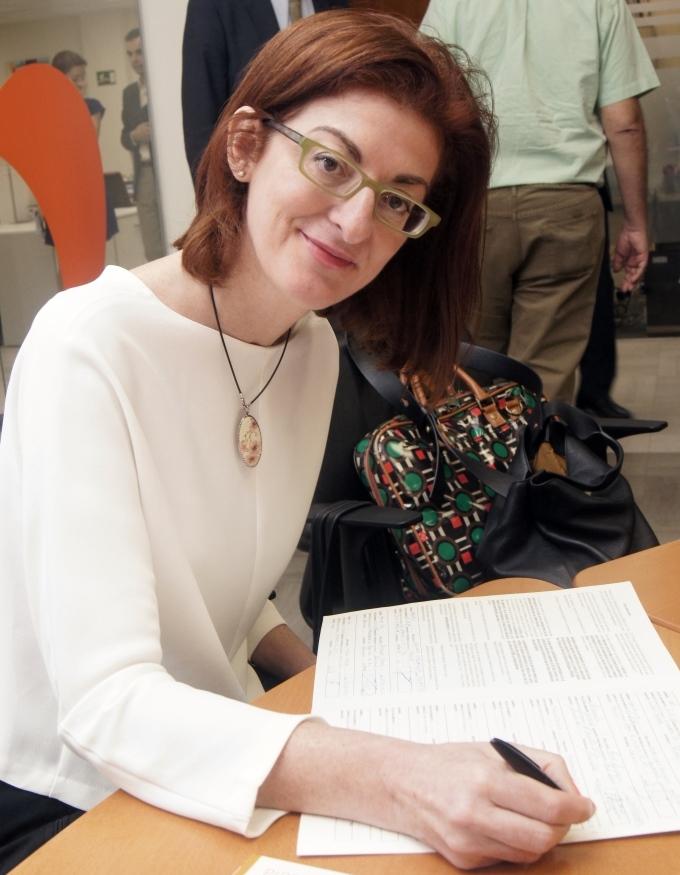 Maite Pagazaurtundua firma la ILP del CERMI contra el copago en dependencia