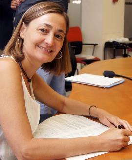 Luz Rodríguez, secretaria de Empleo del PSOE, firma la ILP