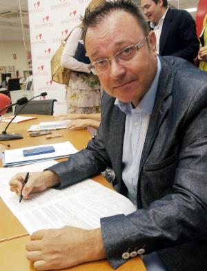 Josep Ochoa, director general de Responsabilidad Social y Fomento del Autogobierno de la Generalitat Valenciana, firma la ILP contra el copago
