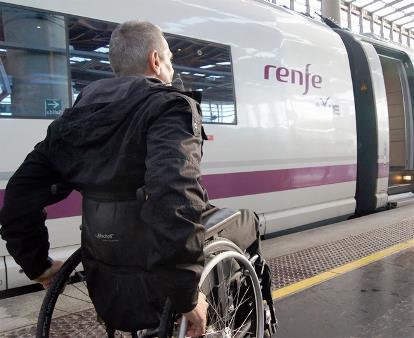 Pasajero en silla de ruedas en el andén del tren