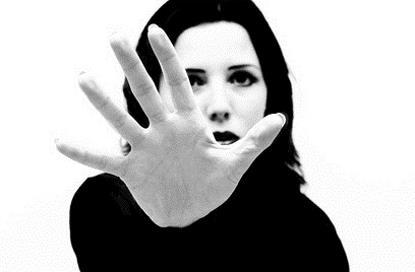 Imagen de una mujer dando el alto con la mano
