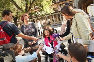 Virginia Felipe, senadora de Podemos con discapacidad, entre periodistas
