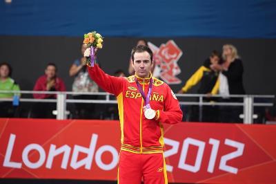 Álvaro Valero mostrando la medalla de oro conseguida