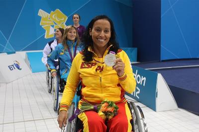 Teresa Perales y otras compañeras de selección mostrando sus medallas