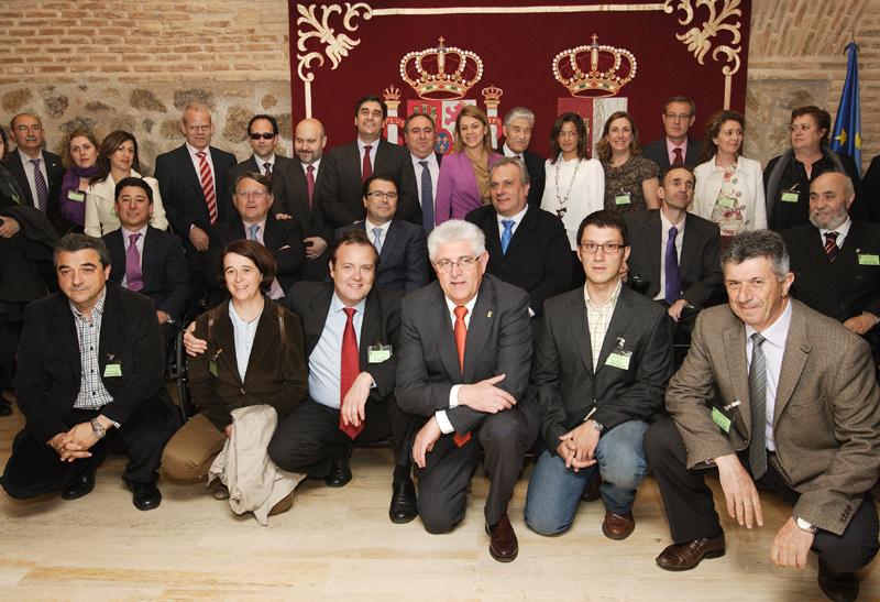 La presidenta de Castilla-La Mancha, María Dolores de Cospedal, junto a representantes de la discapacidad