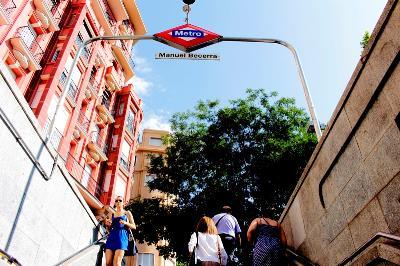 Detalle de unas escaleras, vistas desde abajo, de una boca de metro de Manuel Becerra