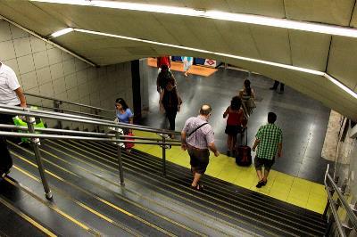 Escaleras dentro de Metro de Madrid