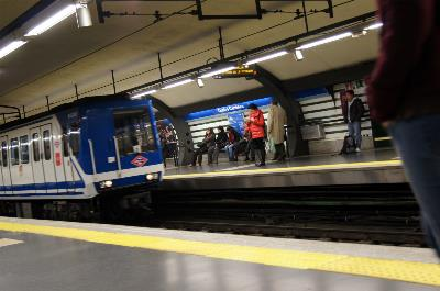 Un convoy de metro llegando a una estación