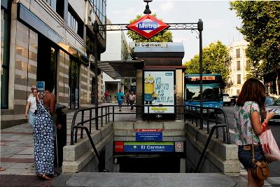 Detalle de una de las bocas de metro de El Carmen