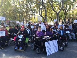 Más de un centenar de personas se concentran en Madrid para denunciar la falta de accesibilidad del metro para las personas con discapacidad
