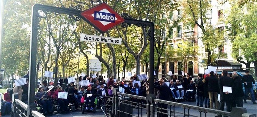 Manifestación en Madrid para denunciar la falta de accesibilidad del metro para las personas con discapacidad