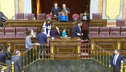 Imagen de la tribuna del Congreso a la que están accediendo diputados para una votación