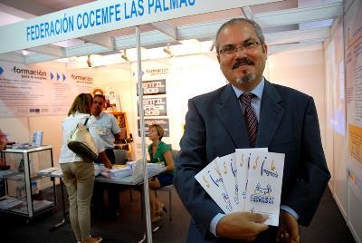 Juan Carlos Hernández Sosa, delante de un stand de cocemfe Las Palmas en la Feria Gran Canaria Accesible