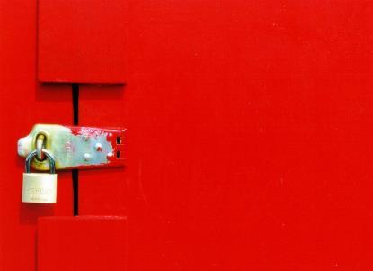 Imagen de un candado en una puerta