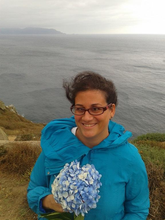 Bárbara Martín, Responsable de la Oficina Técnica de Asuntos Europeos de la ONCE, posando en el Norte, con unas hortensias