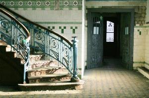 Vieja escalera de acceso a un edificio de viviendas