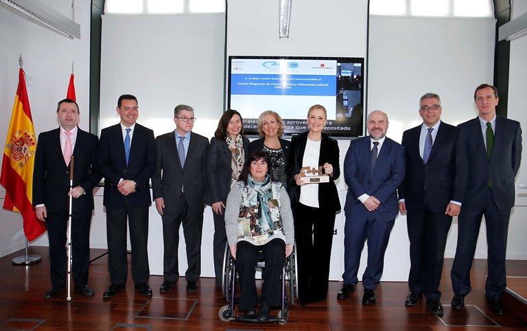 """La presidenta de la Comunidad de Madrid recogió el premio CERMI en la categoría de """"Mejor acción autonómica"""" en beneficio de las personas con discapacidad"""