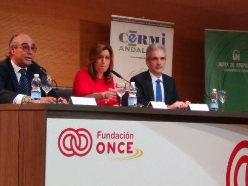 José Manuel Porras, presidente del CERMI-Andalucía; Susana Díaz, presidenta de la Junta, y el consejero de Salud, Aquilino Alonso, en la presentación del nuevo decreto de Atención Temprana.