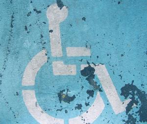 Plaza de aparcamiento reservada a personas con discapacidad