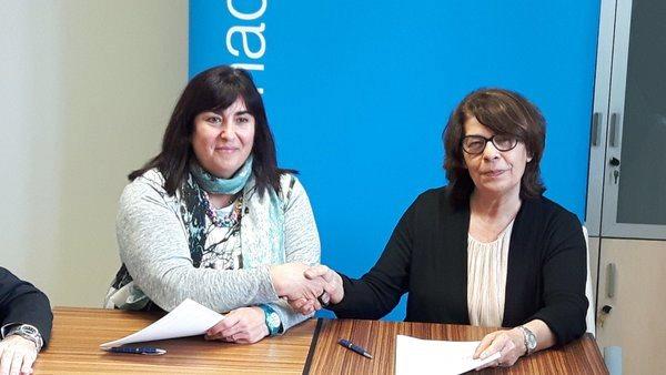 Mayte Gallego, presidente de CERMI Comunidad de Madrid, da la mano a Inés Sabanés, delegada del Área de Gobierno de Medioambiente y Movilidad del Ayuntamiento y Presidenta de la EMT