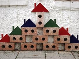 Construcción de juguete y ladrillo simulando el hogar