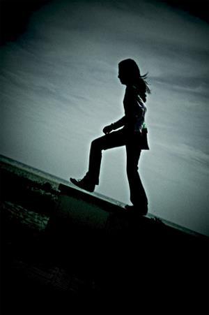 Sombra de mujer caminando sobre una rampa