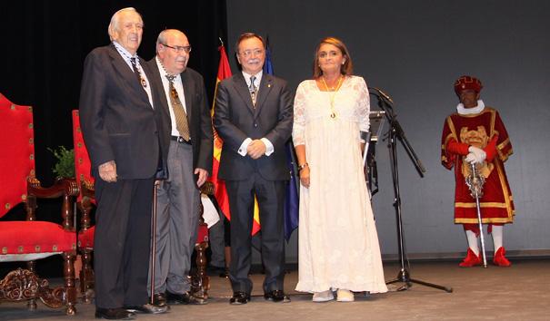 Mercedes Medina, presidenta de CERMI Ceuta, recogiendo la Medalla de Oro de Cruz Roja Española