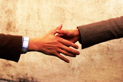Dos manos que se van a estrechar